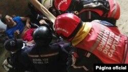 Esta foto publicada por la Embajada de Venezuela en Quito, muestra el momento en que rescatistas venezolanos que evaluaban viviendas en peligro en Jaramijó, Manabí, preparaban Manuel Velázquez Vera para trasladarlo a un hospital.