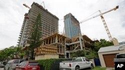 اين عکس که در ۳۱ تيرماه ۱۳۹۳ (۲۲ ژوئيه ۲۰۱۴) گرفته شده، يک ساختمان آپارتمانی ۳۶ طبقه را در حال ساختن نشان میدهد.