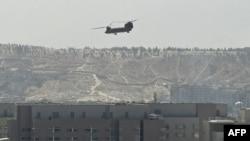 Helicóptero sobre a embaixada americana em Kabul