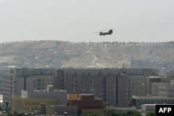 کابل میں امریکی سفارت خانے سے فوجی ہیلی کاپٹروں کی مدد سے سفارتی عملے کے محفوظ مقام پر لے جایا جا رہا ہے۔