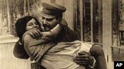 斯大林和他的女儿(资料照片)