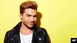 "Penyanyi, penulis lagu dan juara dua ""American Idol"" Adam Lambert dalam sebuah sesi pemotretan untuk promosi album baru ""Original High,"" (19/5) di New York. (AP/Invision Dan Hallman)"