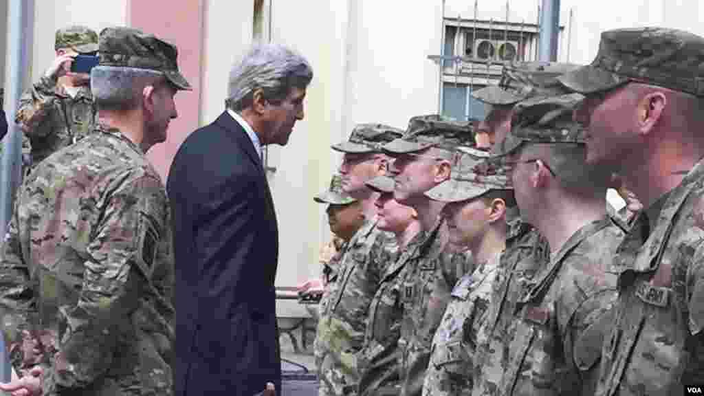 Menteri Luar Negeri AS John Kerry menyapa pasukan Amerika di Afghanistan (9/4). (VOA/Pamela Dockins)