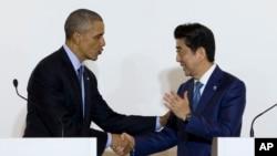 일본을 방문한 바락 오바마 미국 대통령(왼쪽)이 시마 시에서 아베 신조 일본 총리와 공동기자회견을 가졌다.