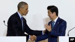 President AS Barack Obama dan PM Jepang Shinzo Abe shake berjabat tangan setelah konferensi pers di Shima, Jepang hari Rabu (25/5).
