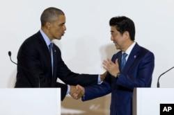 Tổng thống Hoa Kỳ Barack Obama và Thủ tướng Nhật Bản Shinzo Abe bắt tay trong một cuộc họp báo.