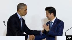 លោកប្រធានាធិបតី បារ៉ាក់ អូបាម៉ា និងលោករដ្ឋមន្រ្តី Shinzo Abe ចាប់ដៃគ្នា បន្ទាប់ពីថ្លែងទៅកាន់សារព័ត៌មាននៅក្នុងក្រុង Shima ប្រទេសជប៉ុន កាលពីថ្ងៃទី២៥ ខែឧសភាឆ្នាំ២០១៦។