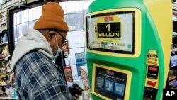 فردی در حال خریدن بلیت بختازمایی مگا میلیون از یک کیوسک - ۲۲ ژانویه ۲۰۲۱