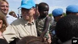 Tổng Thư Ký Liên Hiệp Quốc Ban Ki Moon ẵm một đứa bé khi ông ghé thăm trại tị nạn ở Nam Sudan vào ngày 6 tháng 5 năm 2014.