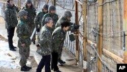 박근혜 한국 대통령이 24일 취임 후 처음으로 강원도 양구군의 중동부 최전방 을지전망대와 일반 초소를 방문했다. 박 대통령이 철책 너머 북한 지역을 살펴보고 있다.
