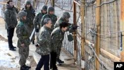 박근혜 한국 대통령이 지난 24일 취임 후 처음으로 강원도 양구군의 중동부 최전방 을지전망대와 일반 초소를 방문했다. 박 대통령이 철책 너머 북한 지역을 살펴보고 있다. (자료사진)