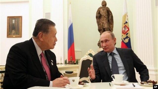 21일 러시아 모스크바에서 블라디미르 푸틴 대통령(오른쪽)이 일본 아베 신조 총리 특사로 방문한 모리 요시로 전 총리를 면담하고 있다.