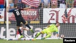 Clint Dempsey (8) vence la resistencia del arquero paraguayo, Justo Villar, para darle el triunfo a Estados Unidos, 1-0.