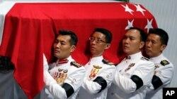 Quan tài phủ quốc kỳ của ông Lý Quang Diệu được đặt trên khán đài tại Trung tâm Văn hoá của Đại học Quốc gia, ngày 29/3/2015.