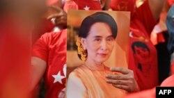 Migrantkinja iz Mjanmara drži fotografiju Aung San Su Ći ispred ambasade Mjanmara u Bangkoku 1. februara 2021. (Foto: AFP)