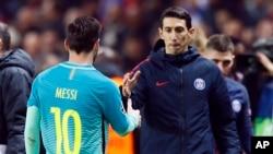 Le parisien Angel Di Maria, à droite, sérrant la main au barcelonais Leonel Messi après un match de ligue des champions au Parc des Princes, Paris le 14 fevrier 2017 (AP Photo/Francois Mori)