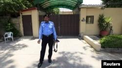 파키스탄 경찰이 지난 12일 세이브 더 칠드런 사무실 출입구 앞에 지켜 서고 있는 모습.