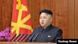 1일 조선중앙TV와 조선중앙방송 등 방송을 통해 육성 신년사를 발표한 북한의 김정은 국방위원회 제1위원장. 북한 최고지도자의 육성 신년사 발표는 김일성 주석 생전 마지막 해인 1994년 이후 19년 만의 일이다.