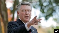 Mark Harris, habla a la prensa en Matthews, Carolina del Norte, el 7 de noviembre de 2018.La última contienda legislativa no resuelta de la nación involucra a Harris y al demócrata Dan McCready.