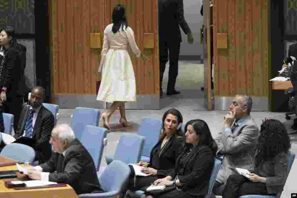 Dubes AS untuk PBB Nikki Haley, tampak meninggalkan ruang pertemuan, saat Dubes Palestina Riyad Mansour, bersiap memberikan pidato pada pertemuan para anggota DK PBB di New York.