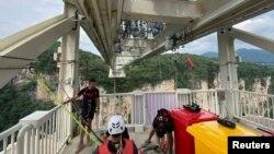 چین کے صوبے ہنان میں موجود 430 میٹر طویل 'گلاس برج' پیدل چلنے والے پُل سے سیاحوں کو دنیا کی سب سے اونچی 'بنجی جمپ' کی پیش کش کر رہا ہے۔