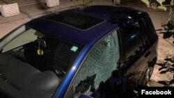 Novinar Škumbin Kajtazi objavio je fotografije svog automobila, pogođenog mecima, u nedelju uveče u Mitrovici (Foto: Fejsbuk/Shumgin Kajtazi)