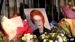 Цветы и портрет у дома Маргарет Тэтчер. Лондон, Великобритания. 8 апреля 2013 года