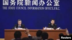 황쑹핑 중국 해관총서 대변인(오른쪽)이 지난 1월 국무원 신문판공실에서 열린 기자회견에서 지난해 중국의 무역통계에 대해 설명하고 있다. (자료사진)