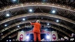 """La candidata demócrata destacó los antecedentes de negocios de su rival, Donald Trump, quien, dijo, a lo largo de su vida """"se ha aprovechado"""" de las pequeñas empresas."""