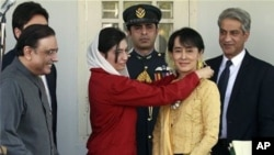 ပါကစၥတန္သမၼတရဲ႕သမီး Bhutto Zardari က ေဒၚေအာင္ဆန္းစုုၾကည္ကိုု Benazir Bhutto Shaheed ဆုုတံဆိပ္ ဆဲြေပးေနစဥ္။ (ဇန္နဝါရီလ ၂၅ ရက္၊ ၂၀၁၂။)