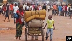 Une famille fuit les affrontements à Bangui, le 30 septembre 2015. (AP Photo)