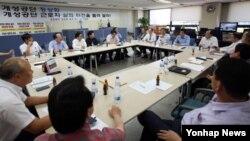 개성공단 정상화 촉구 비상대책위원회의 입주기업 대표들이 3일 서울 비대위 사무실에서 조업 정상화 방안을 논의하고 있다.