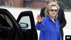 ລັດຖະມົນຕີການຕ່າງປະເທດສະຫະລັດ ທ່ານນາງ Hillary Clinton ອອກເດີນທາງໄປຍັງຂົງເຂດອ່າວເປີເຊຍ ໃນແລງວັນເສົາ ທີ 9 ມັງກອນ 2011 ເພື່ອຊອກຫາການສະໜັບສະໜູນຈາກບັນດາປະເທດອາຣັບ. (file photo)