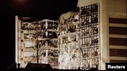 1995年4月21日,月光照在奥克拉荷马市艾尔弗雷德·P·默拉联邦大楼的废墟上(资料照)