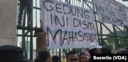 Pesan yang ditempel di pagar Gedung DPR, Kamis, 19 September 2019, saat berlangsungnya aksi ribuan mahasiswa menolak RKUHP dan pelemahan KPK.(Foto: VOA/Sasmito)
