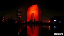 دروازه هند در دهلی نو که در بخشی از کمپین سازمان ملل در محکومیت خشونت علیه زنان و دهتران، به رنگ نارجی نورافشانی شده است - ۴ آذر ۱۳۹۴