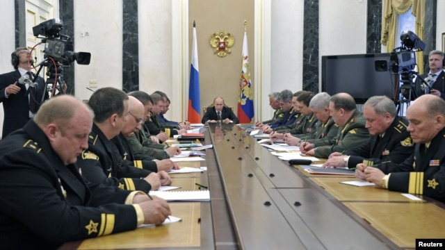 Russian President Vladimir Putin (C) attends a meeting with defence ministry officials in Moscow, May 30, 2012.