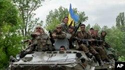 烏克蘭士兵駕裝甲車行使在頓涅茨克。2014年5月22日拍攝