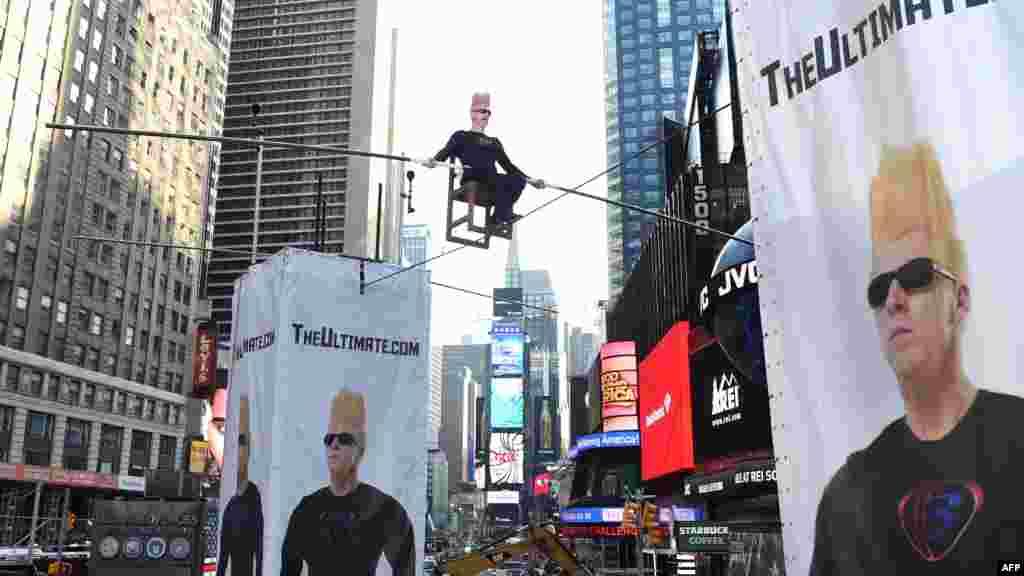 미국 뉴욕시 타임스퀘어 광장에서 세계적으로 유명한 곡예사인 벨로 녹이 높이 매달린 외줄 위에 앉아있다. 녹은 8시간 동안 외줄 위에 있었고, 곡예 장면은 인터넷으로 생중계됐다.