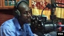 Emeric Roy Coker, journalist for Universal Radio, October 2012 (Nine de Vries/VOA).