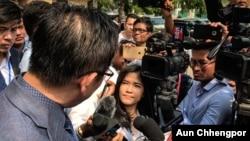 VOA Khmer reporter Vicheika Kann at work. (VOA photo/A. Chhengpor)