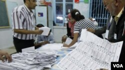 Pejabat-pejabat pemilu Tunisia mulai menghitung suara pemilu untuk 217 kursi di dewan konstituante pemerintah sementara negara itu (foto:dok).