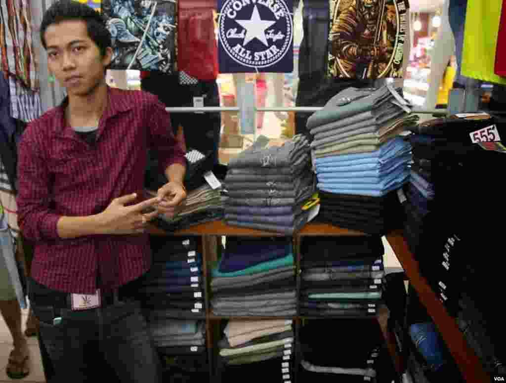 Jeans store manager Aung Zin. (Zinlat Aung/VOA News)