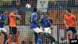 Уэсли Снайдер (второй слева) забивает победный гол