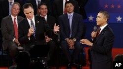 奥巴马总统和共和党总统候选人罗姆尼在纽约州举行的第二场辩论中