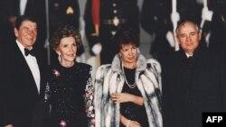 Президенты Рейган и Горбачев с супругами. Архивное фото.