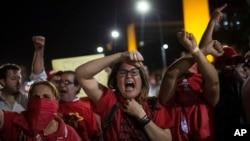 지우마 호세프 브라질 대통령에 대한 탄핵 심판 개시 요청안 표결을 위해 11일 늦은 시각 브라질 상원에서 본회의가 진행되는 가운데, 호세프 대통령 지지자들이 의사당 주변에서 구호를 외치고 있다.
