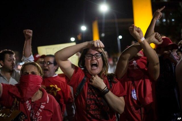 Người ủng hộ Tổng thống Dilma Rousseff la hét trong cuộc đụng độ với cảnh sát bên ngoài trụ sở Quốc hội ở Brasilia, ngày 11/5/2016.