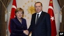 Serokomarê Tirkiyê Recep Tayyip Erdogan, rastê, Angela Merkel Şêwirmenda Almaniya.