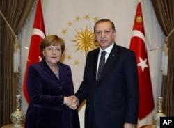 Turkish President Recep Tayyip Erdogan, right, and German Chancellor Angela Merkel shake hands before a meeting in Ankara, Turkey, Feb. 8, 2016.